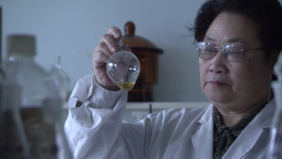 553852601-tu-youyou-glass-container-researcher-shaking
